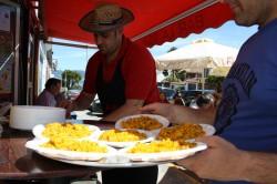 Sirviendo Paella  Bar Cafetería La Roja